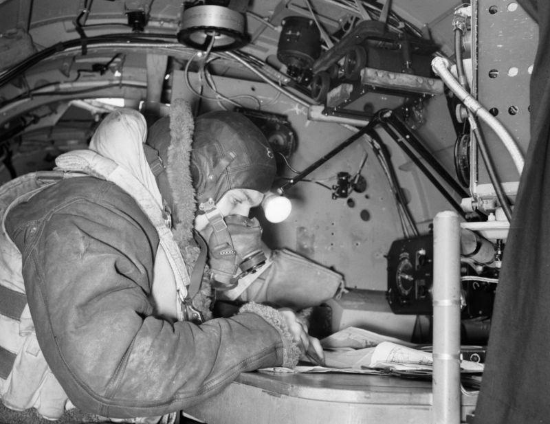 Штурман британского бомбардировщика Авро «Ланкастер» на своем рабочем месте. 1942 г.