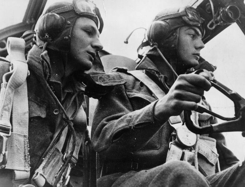 Летчики в кабине бомбардировщика Бристоль «Бленхейм» во время вылета. 1942 г.