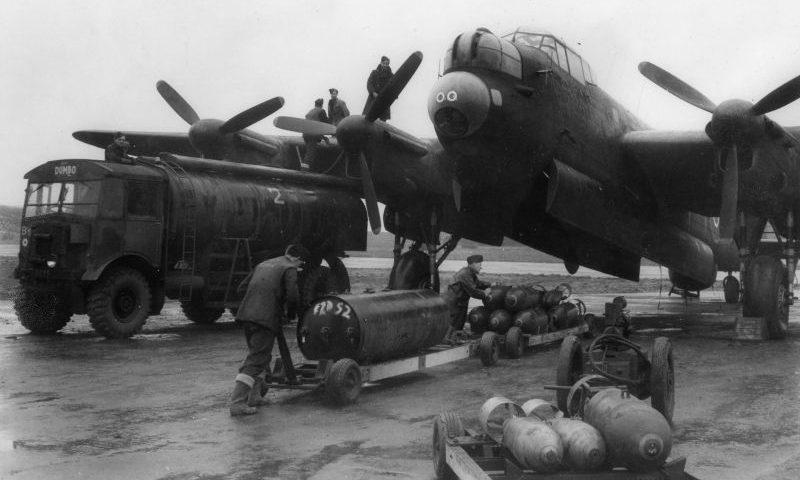 Подготовка к боевому вылету бомбардировщика Авро «Ланкастер» на авиабазе. 1942 г.