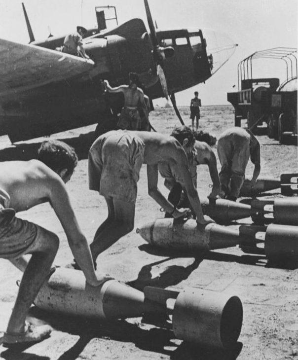 Оружейники подкатывают бомбы к бомбардировщику «Балтимор» на аэродроме в Северной Африке. 1942 г.