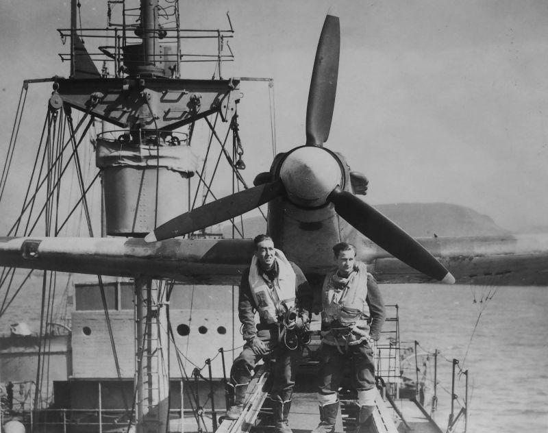 Пилоты у истребителя «Си Харрикейн» на катапульте торгового судна «Эмпайр Тайд» в Хваль-фьорде 1942 г.