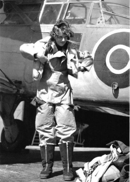 Девушка-пилот из женской службы британского флота готовится к вылету. 1942 г.