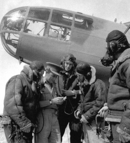 Предполетный инструктаж экипажа бомбардировщика Martin Type 167 Maryland. 1942 г.