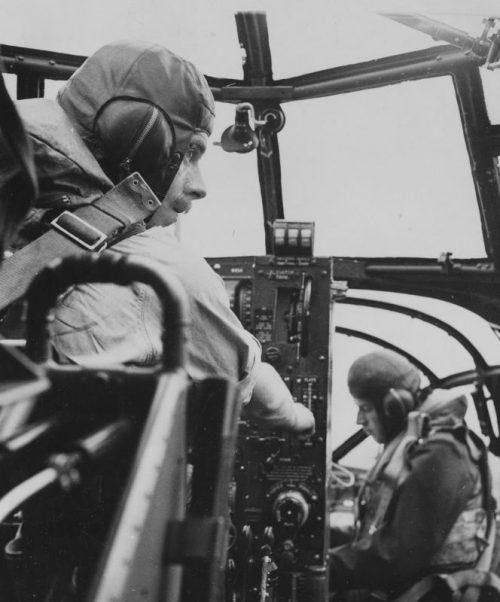 В кабине бомбардировщика «Бофорт» во время вылета. 1942 г.