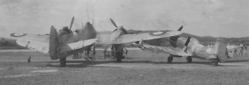 Истребитель «Спитфайр» после столкновения с истребителем «Бофайтер» на аэродроме. 1942 г.