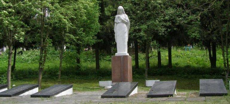 г. Новоград-Волынский. Братская могила воинов, погибших в боях за город.