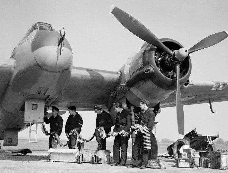 Перезарядка авиапушек ночного истребителя «Бофайтер» Mk.VIF на аэродроме Хонили. 23 марта 1943 г.