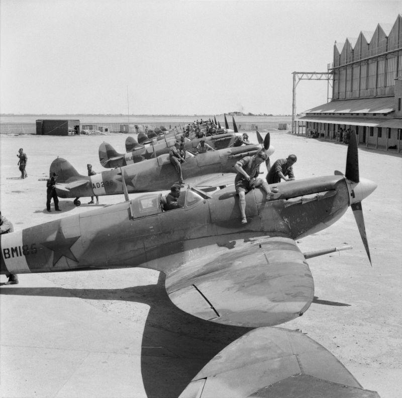 Подготовка британских истребителей «Спитфайр», поставленных по Лен-лизу для передачи советской стороне на аэродроме Абадан в Иране. 24 апреля 1943 г.