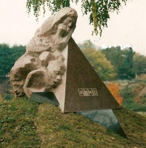 г. Новоград-Волынский. Памятник, установленный на братской могиле, в которой похоронено около 800 жертв фашизма. Архитектор – И. Табачник.