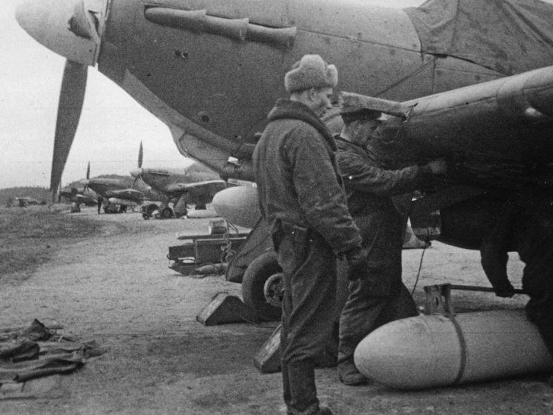 Авиатехники Северного флота готовят подвесные топливные баки для истребителей «Харрикейн». Май 1943 г.