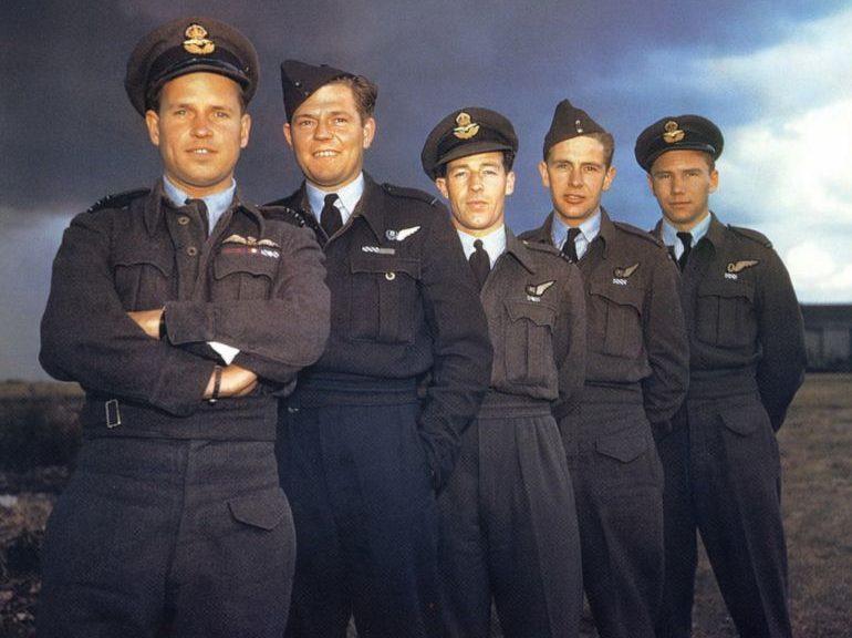 Командир 617-й британской эскадрильи Гай Гибсон с офицерами на аэродроме Скэмптон. 22 июля 1943 г.