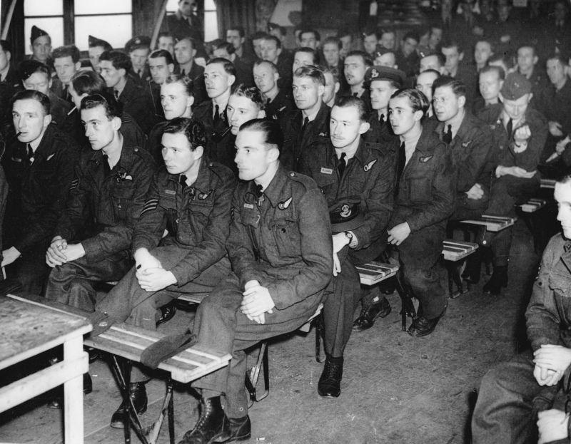 Экипажи 77-й эскадрильи британских Королевских ВВС во время предполетного брифинга на авиабазе Элвингтон. 23 августа 1943 г.