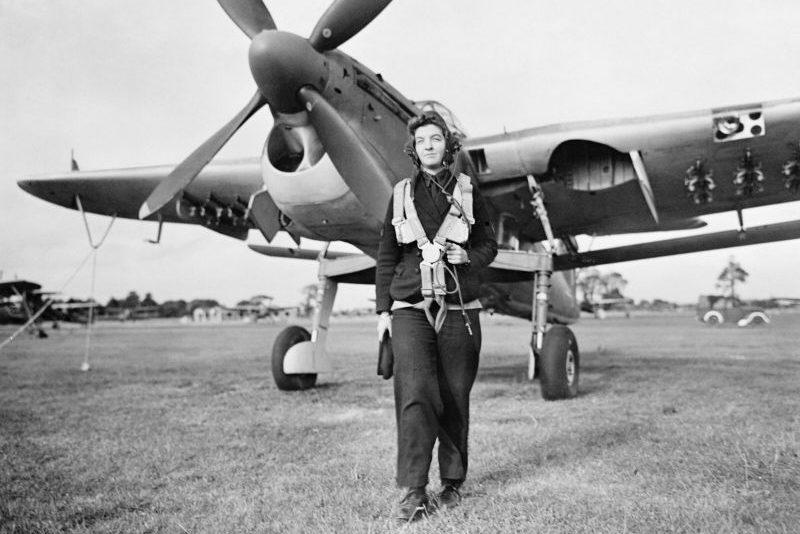 Радиомеханик Женской вспомогательной службы ВМС у торпедоносца Фэйри «Барракуда» на авиабазе Королевского флота в Ли-он-те-Солент. Сентябрь 1943 г.