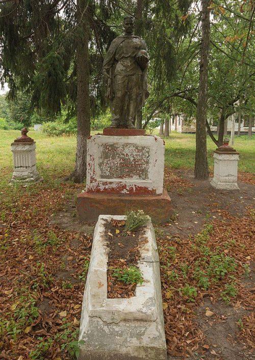с. Пищов Новоград-Волынского р-на. Братская могила 6 советских воинов.