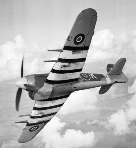 Истребитель-бомбардировщик «Тайфун» в полете над авиабазой Тангмир. Октябрь 1943 г.