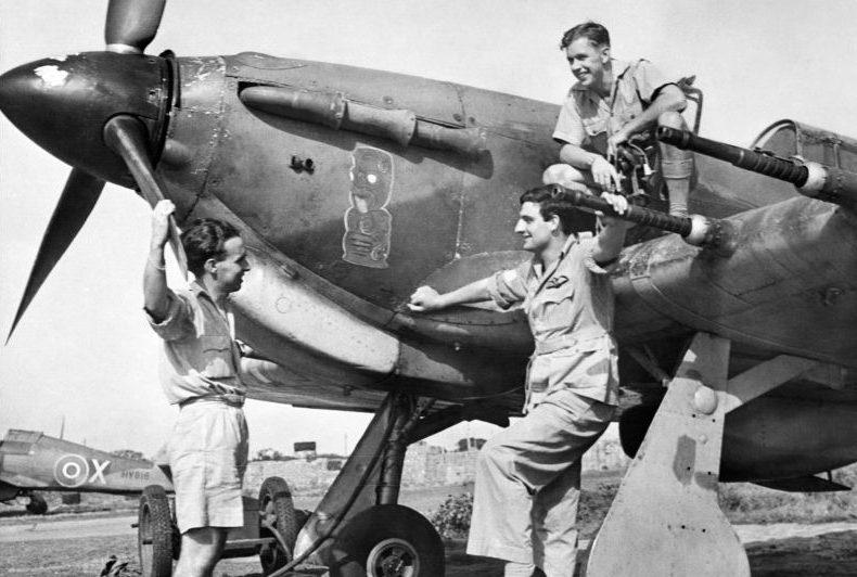 Пилоты у штурмовика «Харрикейн» на аэродроме в Индии. 1943 г.