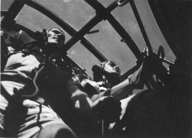 Члены экипажа в кабине бомбардировщика Виккерс «Веллингтон». Ливия. 1943 г.