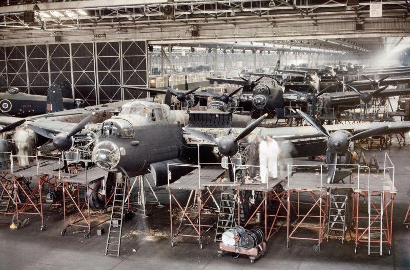 Сборка бомбардировщиков «Ланкастер» на заводе фирмы A.V. Roe and Co. Ltd. в Вудфорде. 1943 г.