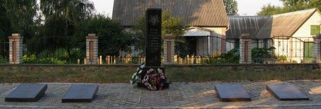 с. Слобода-Романовская Новоград-Волынского р-на. Памятник погибшим односельчанам.
