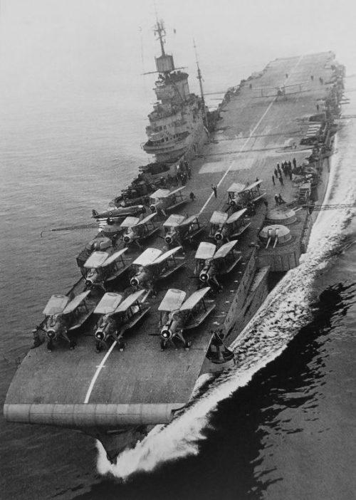 Авианосец «Индомитебл» с торпедоносцами Фэйри «Альбакор» и палубным истребителем Супермарин Сифайр. 1943 г.