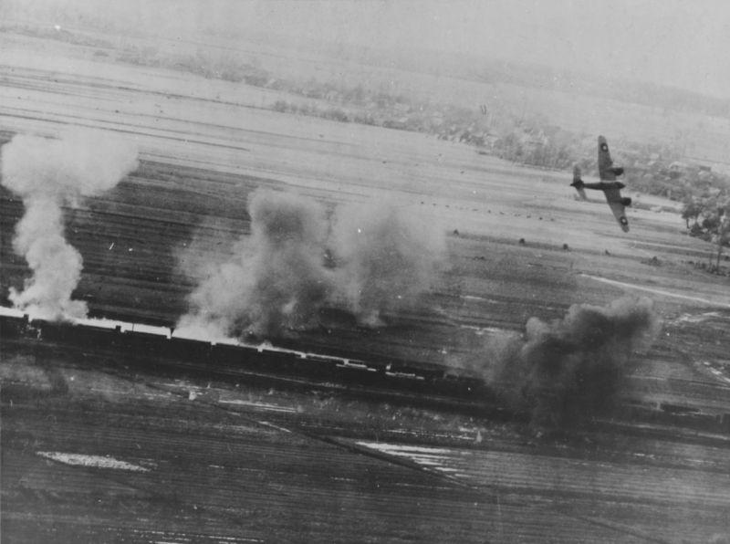 Штурмовик «Бофайтер» атакует железнодорожный состав в Италии.1943 г.