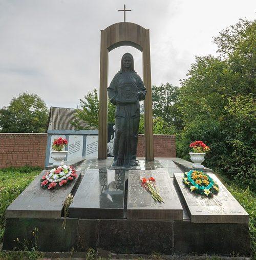 с. Суслы Новоград-Волынского р-на. Памятник воинам-односельчанам.