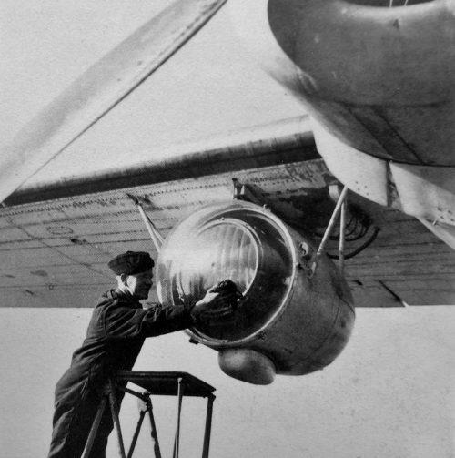 Авиатехники обслуживают прожекторы Leigh Light для обнаружения подводных лодок. 22 февраля 1944 г.