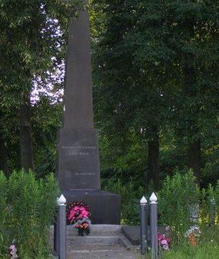 с. Ужачин Новоград-Волынского р-на. Памятный знак погибшим односельчанам.
