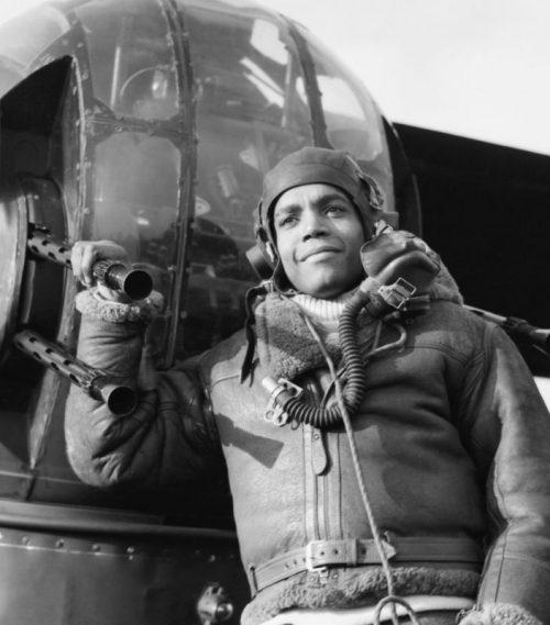 Воздушный стрелок сержант Линкольн Линч у турели бомбардировщика «Галифакс». Февраль 1944 г.