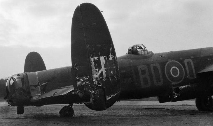 Поврежденный бомбардировщик Авро «Ланкастер». Февраль 1944 г.
