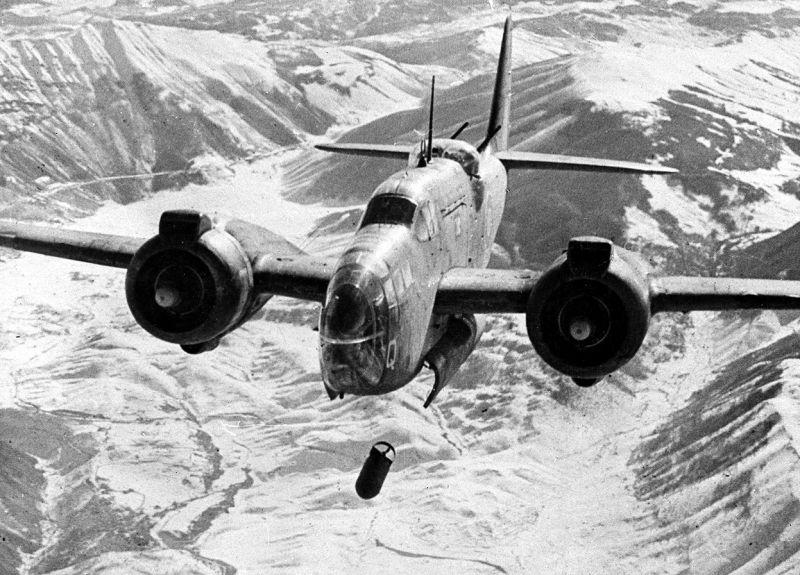 Средний бомбардировщик Мартин «Балтимор» бомбит вокзал и железнодорожный узел в итальянском городе Сульмона. Февраль 1944 г.