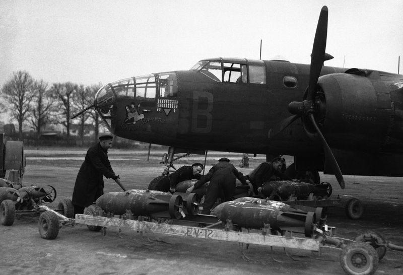 Оружейники морской авиации подвозят бомбы к бомбардировщику B-25. 27 марта 1944 г.