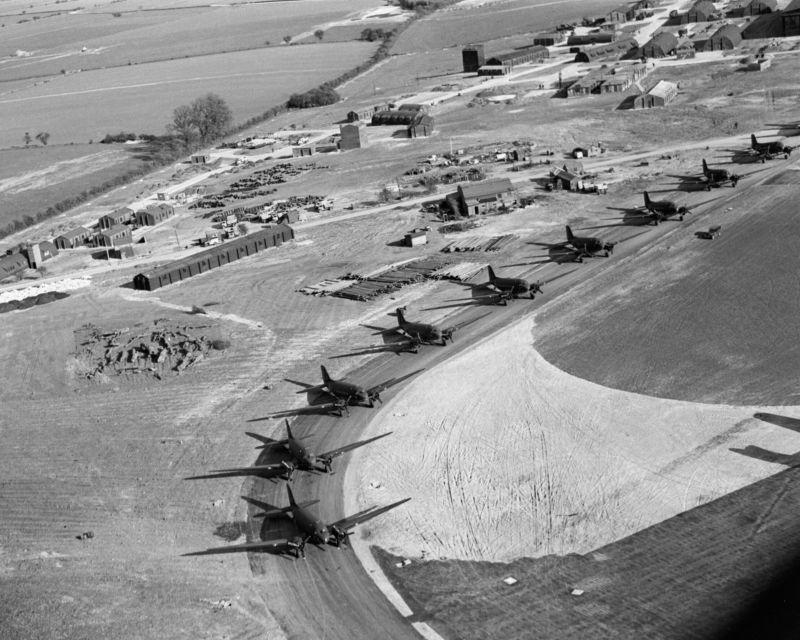 Военно-транспортные самолеты Дуглас «Дакота» Mk III на авиабазе «Блейкхилл-Фарм». 20 апреля 1944 г.