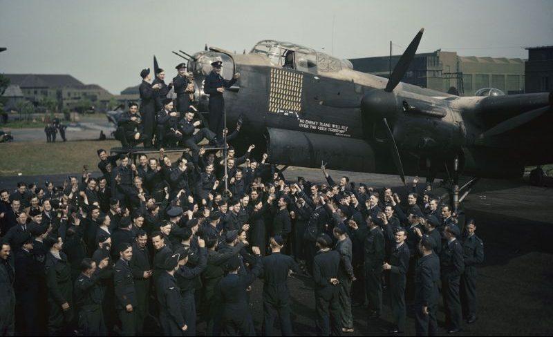 Празднование возвращения из сотого боевого вылета бомбардировщика «Ланкастер» на авиабазе Уоддингтон. Май 1944 г.