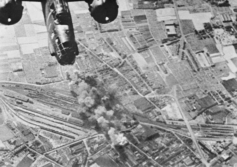 Бомбардировка железнодорожного узла во французской коммуне Туркуэн. Май 1944 г.