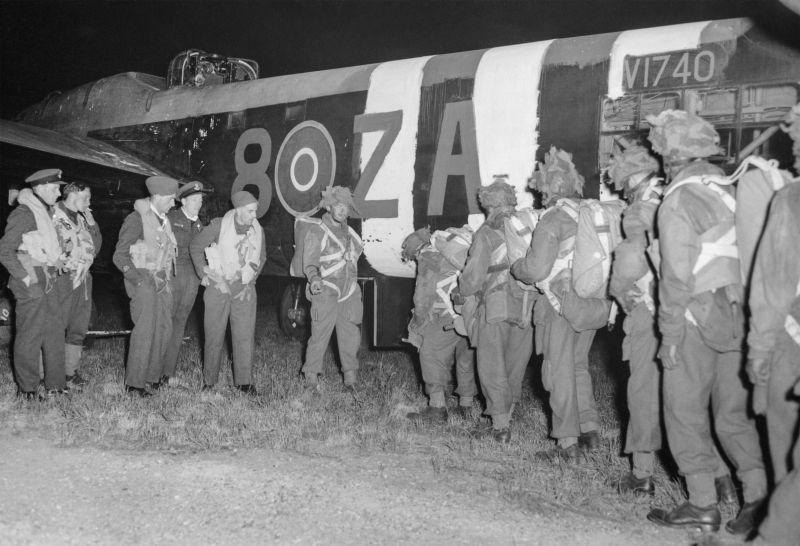 Десантники садятся в самолет A.W.41 «Альбемарль» в начале операции «Тонга» на авиабазе Харуэлл. 5 июня 1944 г.