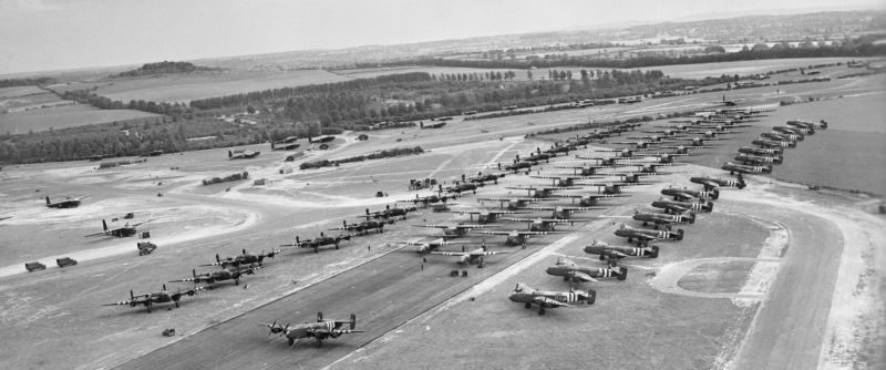 Бомбардировщики Хэндли Пейдж «Галифакс» перед вылетом в день «Д». Авиабаза Тарант-Раштон. 6 июня 1944 г.