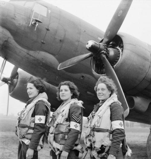 Медсестры из экипажа британского санитарного самолета C-47 в Нормандии. 18 июня 1944 г.