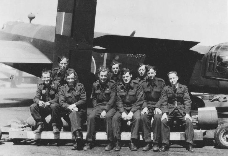 Группа механиков и оружейников 77-й эскадрильи британских Королевских ВВС у бомбардировщика «Галифакс». 22 июня 1944 г.