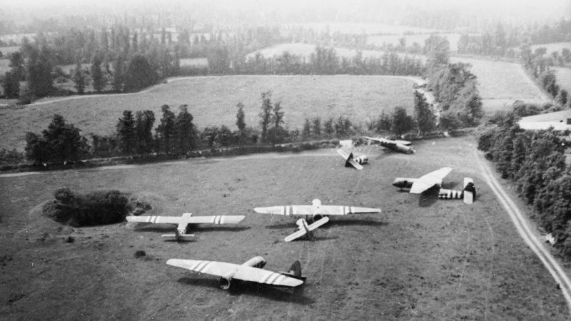 Транспортно-десантные планеры Airspeed AS.51 Horsa, совершившие посадку в Нормандии. Июнь 1944 г.