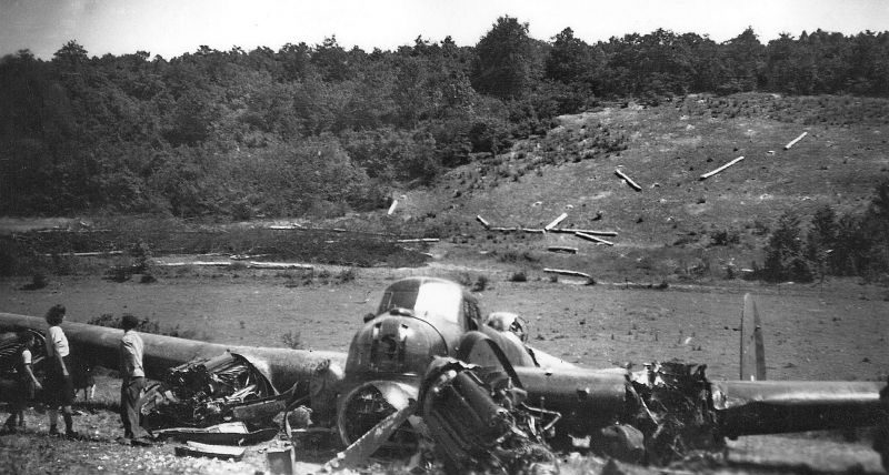 Бомбардировщик Авро «Ланкастер», сбитый в районе Аркенси во Франции. Июль 1944 г.