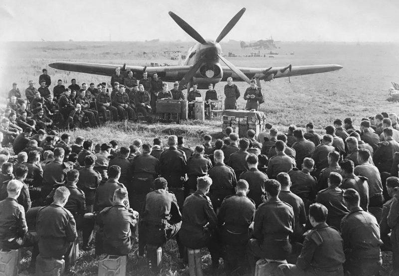 Церковная служба на аэродроме Лантей во Франции. Август 1944 г.