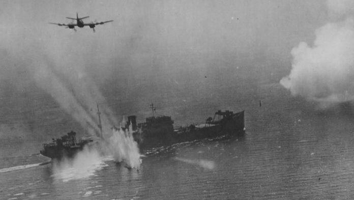 Британские штурмовики «Бофайтер» атакуют немецкое судно «Зауэрланд» у французского побережья в районе порта Ла Рошель. Август 1944 г.
