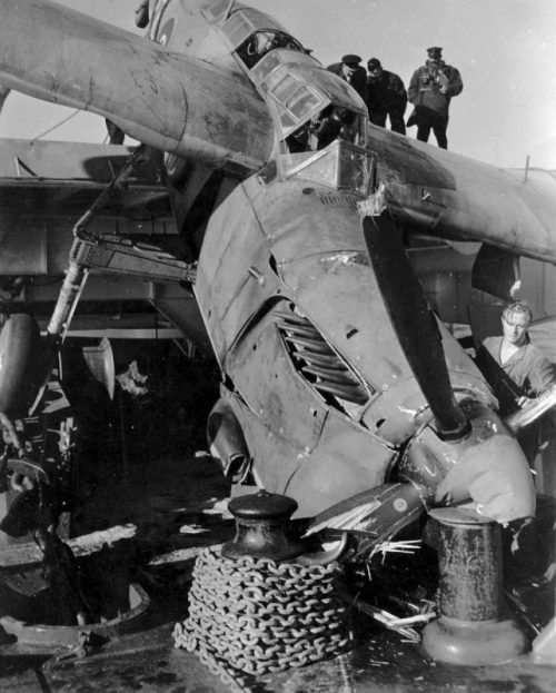 Палубный торпедоносец Фэйри «Барракуда», потерпевший аварию при посадке на эскортном авианосце «Раджа». Август 1944 г.