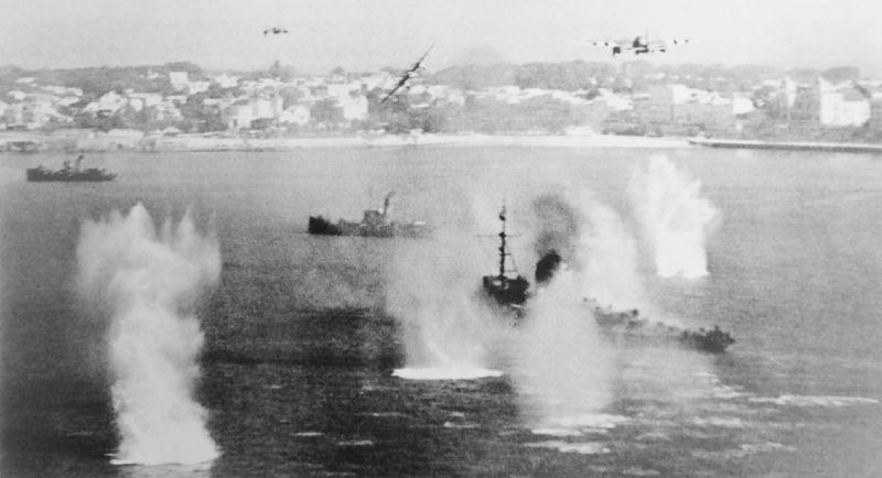 Истребители-бомбардировщики «Москито» атакуют немецкие корабли на рейде Руайана. Август 1944 г.