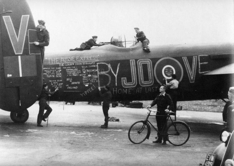 Экипаж бомбардировщика «Ланкастер» LM309 JO-V развлекается, разрисовывая мелом свой самолет. Сентябрь 1944 г.