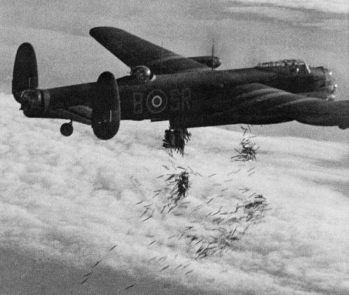Бомбардировщик Авро «Ланкастер» B Mark I сбрасывает дипольные отражатели (фольгу) «Виндоу» над целью в ходе налета на Дуйсбург. 14 октября 1944 г.