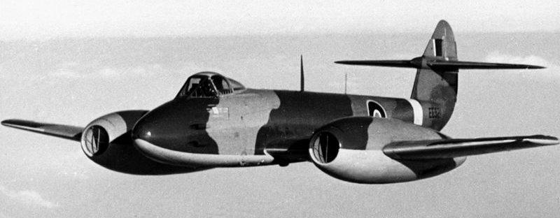 Реактивный истребитель «Глостер Метеор» в полете.18 декабря 1944 г.
