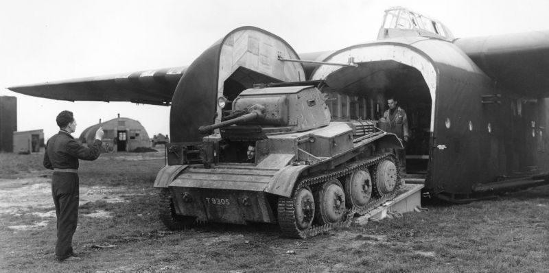 Выгрузка легкого танка Mk.VII «Тетрарх» из десантного планера «Хэмилькар» GAL.49. 1944 г.