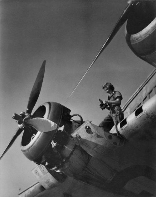 Женщина-механик обслуживает двигатель транспортной летающей лодки в районе Сиднея. 1944 г.